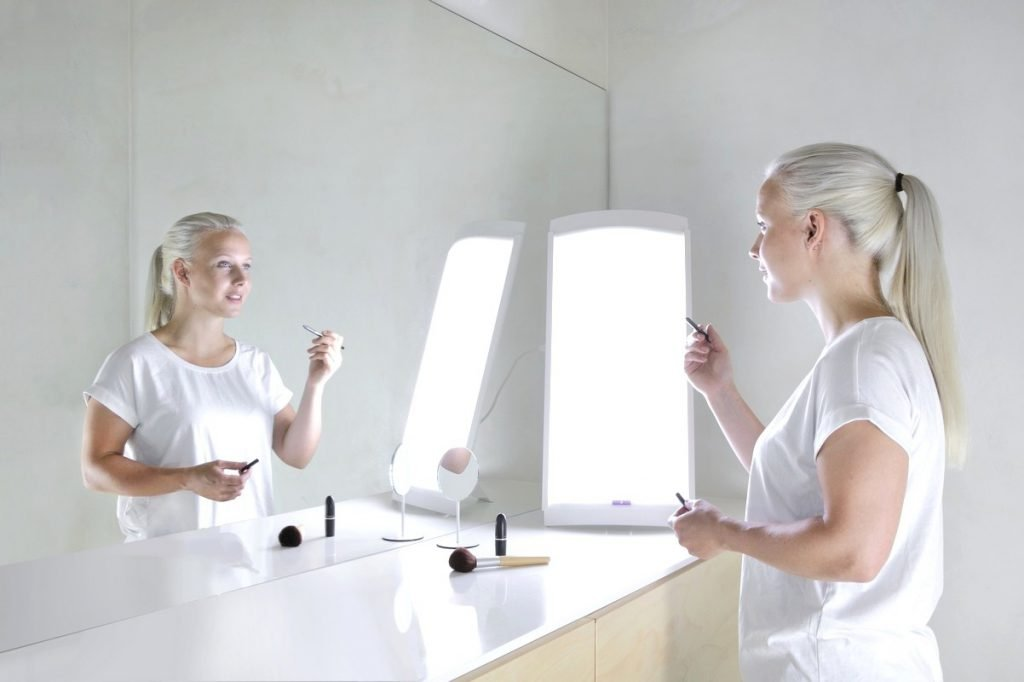 Fototerapia z lampą Innolux Lucia podczas porannego makijażu