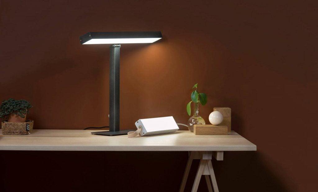 Lampa Valovoima LED biurkowa grafitowa w towarzystwie Valovoimy LED mini.